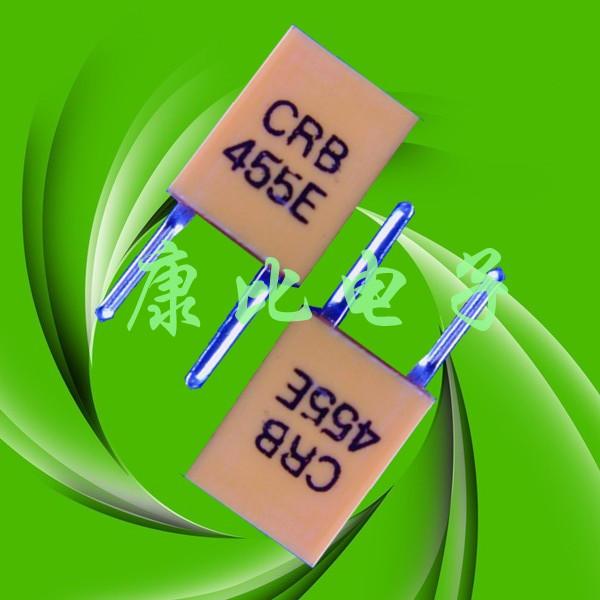 随着中国电子业的发展,晶振的用处都随处可见,大到通讯设备和航空领域,小到日常生活中的用品,像手机,电话机,还有遥控器很多很多地方都能见到。下面我为大家简单介绍一下家电、遥控器上面用到的陶瓷晶振。 首先我们先了解一下陶瓷谐振器455E的规格简介.  一. 范围 本规格包括了微处理器时钟振荡用455KHZ陶瓷谐振器的特性 二. 规格书编号:JZY20040335 三. 产品型号:CRB455E 四. 电特性: 1 谐振器频率精度:455±2KHZ 2 谐振阻抗:20Ωmax 3 电容